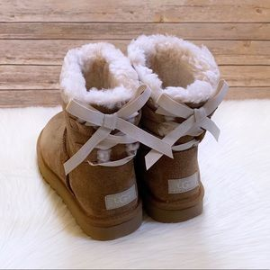 UGG Mini Continuity Bow Boots In Chestnut